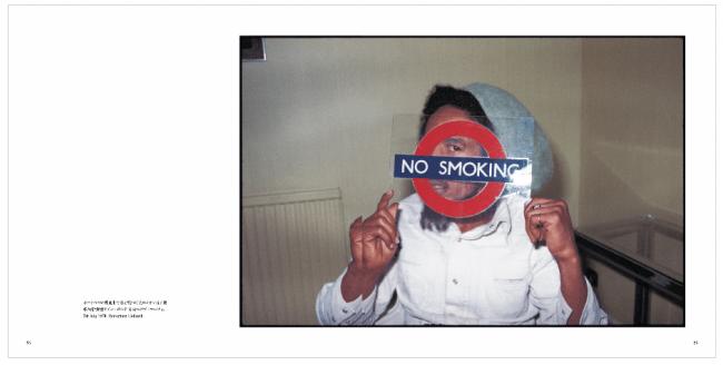 ロンドン地下鉄の禁煙サインボードでポーズをとるボブ・マーリィ。