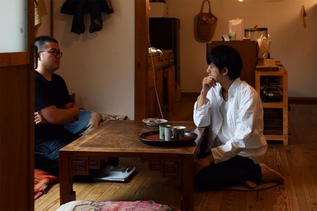 京都市北区にある有瀬さんの自宅兼アトリエにて、右が有瀬さん、左がオカノ