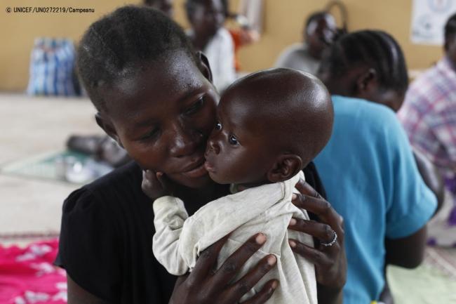 急性栄養不良に苦しむ生後9カ月のガラン・アコルちゃんを抱く母親。 (2018年11月撮影) (C) UNICEF_UN0272219_Campeanu