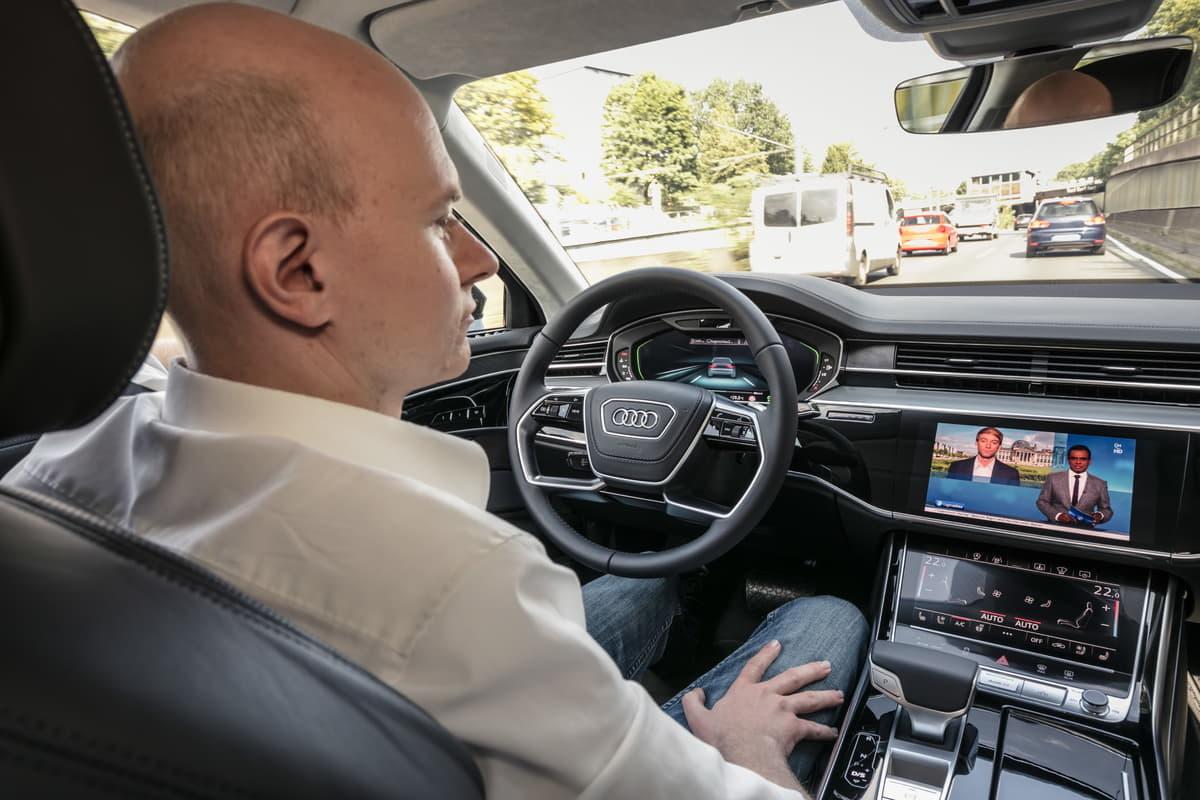 自動運転中なら運転者のスマホ操作はOK?進化する技術に法律は対応できるか