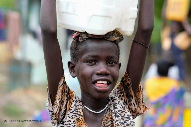 ユニセフが支援する給水所で安全な水を汲み、家に運ぶ10歳の女の子(南スーダン)(C) UNICEF_UN0215532_Rich