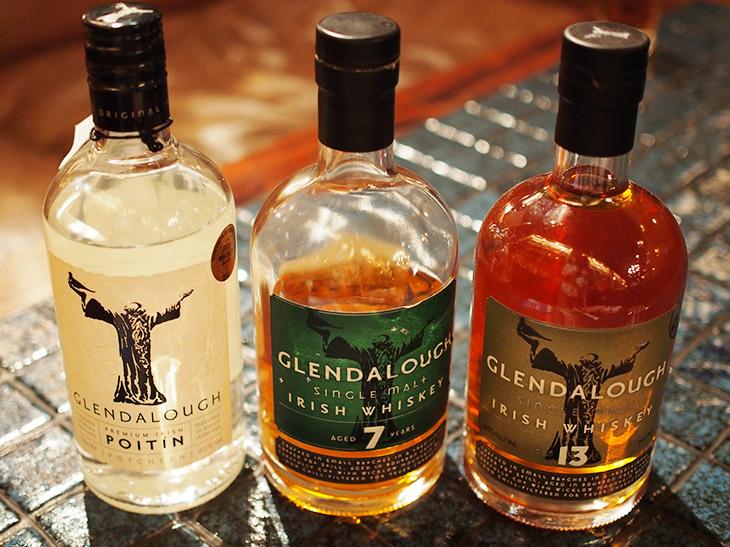 同じウイスキーでも熟成年数が異なると液体の濃淡にも差が出る。左から熟成なし、7年、13年となっており、熟成していないものは焼酎のよう