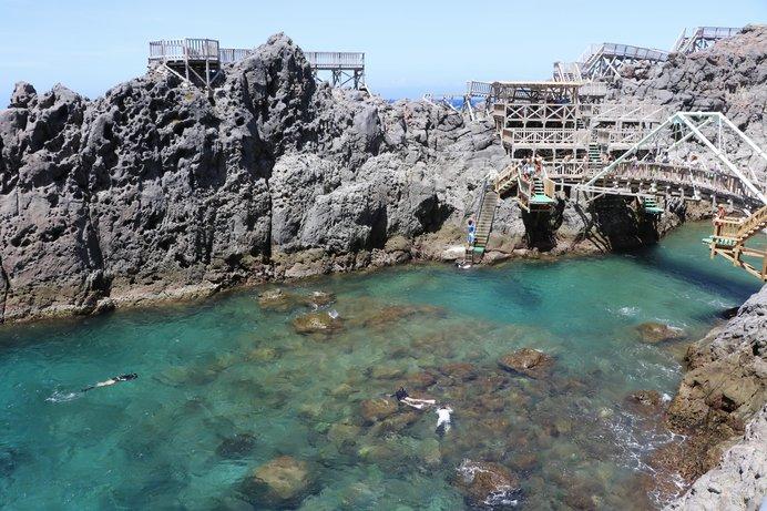 冒険心をそそる木組の遊歩道、下を見下ろせば透明度抜群の海が