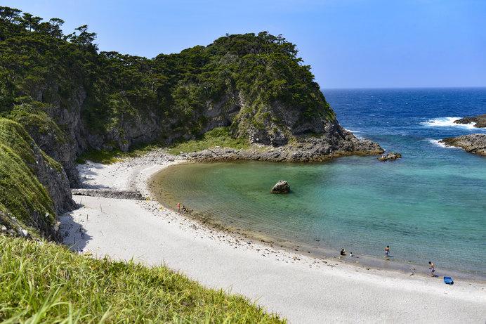 エメラルドグリーンに輝く美しい海、真っ白な砂浜……ここはまさかの東京都