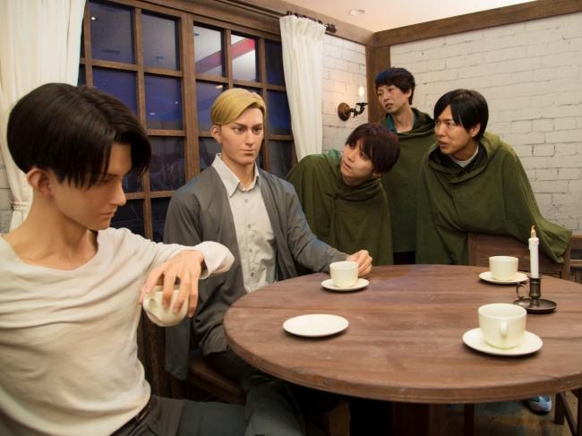 クロノイドに感動する3人 (左から)梶裕貴さん、橋詰知久さん、神谷浩史さん