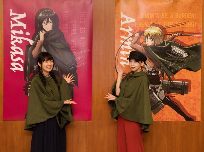 ポスターにサインをした石川由依さんと井上麻里奈さん