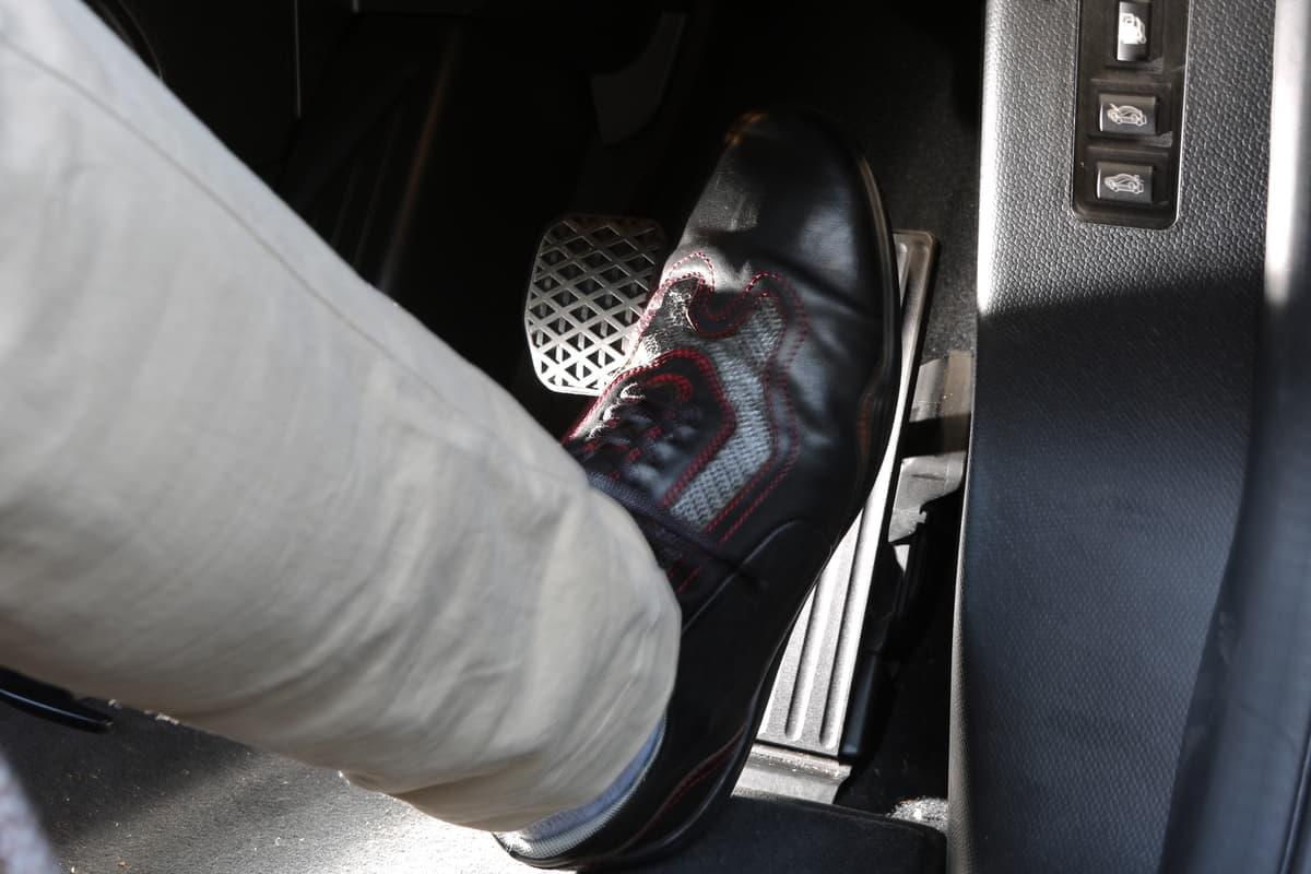 高齢者のペダル踏み間違い事故が増加!電動車のワンペダルドライブで誤操作を低減