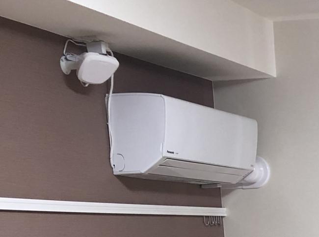 みまもり安心サービス対応のエアコンと左上にあるセンサー