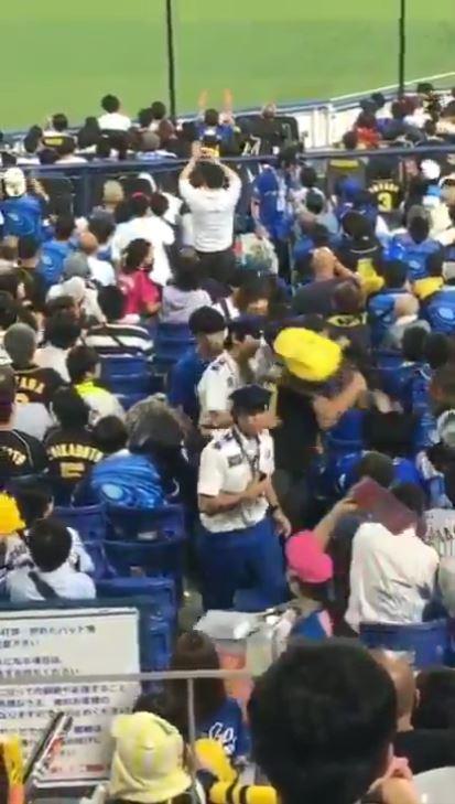 阪神 ファン 子供 投げる
