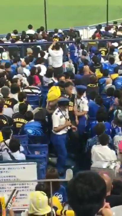 阪神 ファン 子供 を 投げる