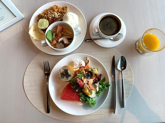 アヤナコモドリゾートの優雅な朝食ビュッフェ