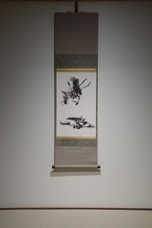 京都造形芸術大学がミヒャエル・ボレマンス氏に2014年に依頼し、建仁寺塔頭両足院で描かれ、展示された。 ミヒャエル・ボレマンス《くちなし(2)》2014年 墨、和紙/掛軸 個人増 (C) Michael Borremans
