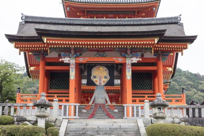 清水寺 西門では加藤泉の新作インスタレーションが展示される。 加藤泉《無題》2019年(本展のための特別制作) 布、革、アクリル絵具、パステル、ステンレススチール、アルミニウム、鉄、刺繍、石、 リトグラフ  (C)️2019 Izumi Kato