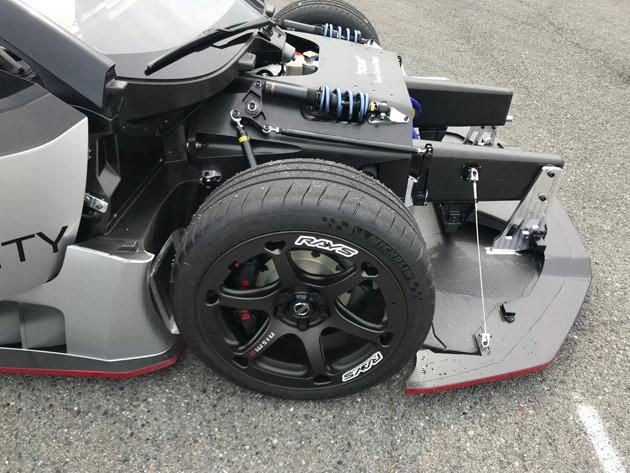 バッテリーは車体中央に搭載。電動モーターとインバーターを前輪・後輪上の最適な位置に配置