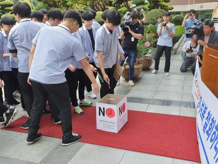 日本製品の不買運動する高校