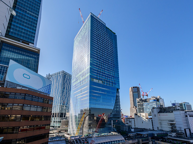 渋谷スクランブルスクエアは約230m、地上47階建ての渋谷エリア最高峰となる新ランドマーク。東急電鉄、JR東日本、東京メトロの鉄道3社共同事業として開発され、地下2階~14階の商業施設のほか、展望施設「SHIBUYA SKY」、オフィス、産業交流施設「SHIBUYA QWS」を擁する大規模複合施設。写真提供:渋谷スクランブルスクエア
