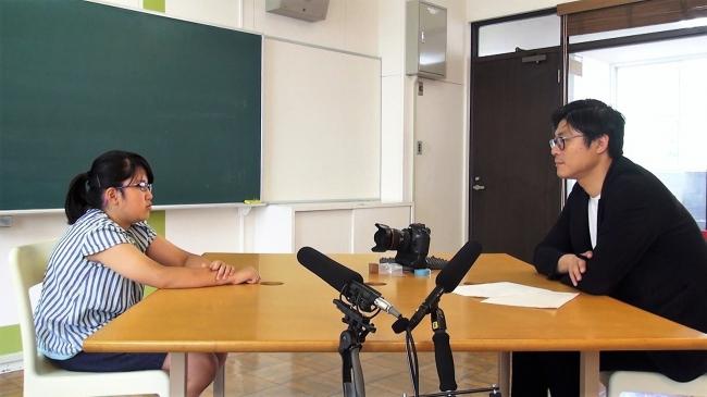 子どもへのインタビューのようす