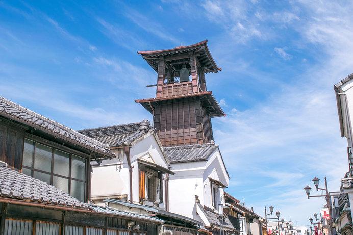 蔵造りの町並みの中、高くそびえる川越のシンボル「時の鐘」は現在4代目