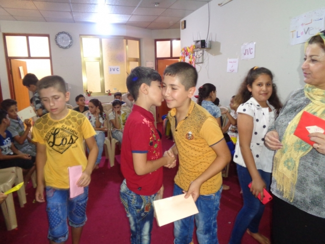 ピースヤード(平和のひろば)で出会い、笑顔で挨拶を交わすアラブ系とクルド系の子どもたち。