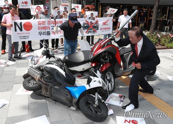 日本製バイクをたたき割る