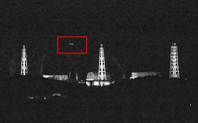 取材班は、現地で謎の光を確かめるべく福島第一原発を見渡せる滝川ダム近くでカメラを構えた。すると、画面左から右に動く光を複数確認できた(赤枠部分)