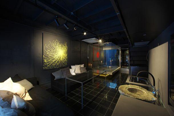 エントランスからバスルームまでは黒一色床は御影石です。