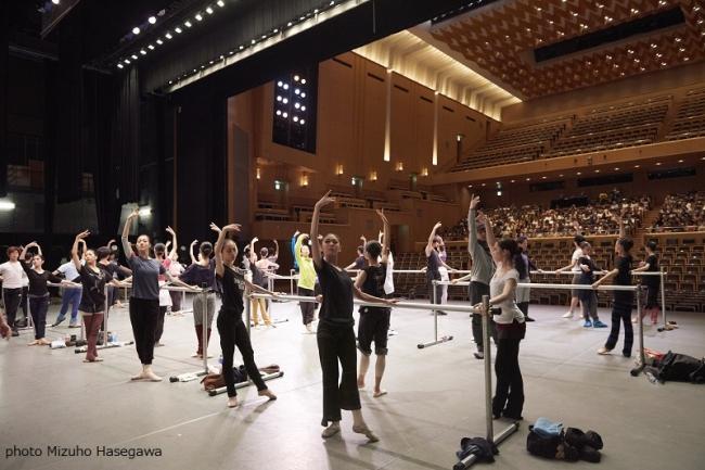 東京バレエ団のプロのダンサーたちのレッスンを特別に無料公開