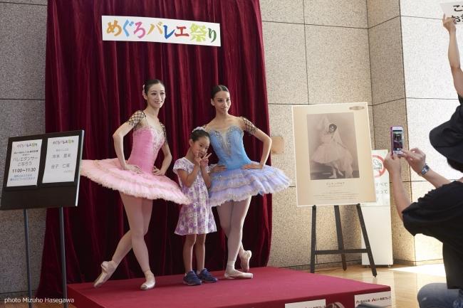 衣裳を着たダンサーたちと無料で写真が撮れる!