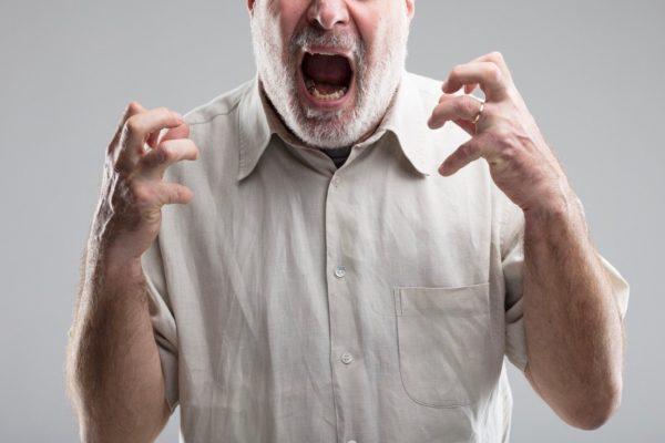 怒鳴っている男性