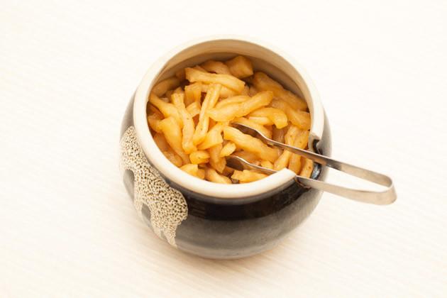 カウンターに置かれている割干大根漬。おいしいと評判で、しかも無料なのがうれしい