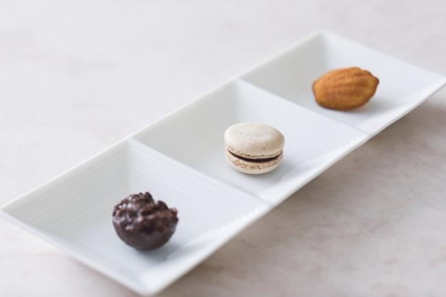 プティ・フール(食後の小菓子)左:チョコレートクランチ 中央:紫芋のマカロン 右:青森県蓬田村産福々たまごのマドレーヌ