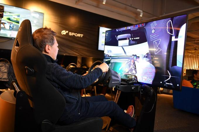 レーシングドライバーの判断は? 今流行の運転シミュレーターゲームで運転技術は向上するのか