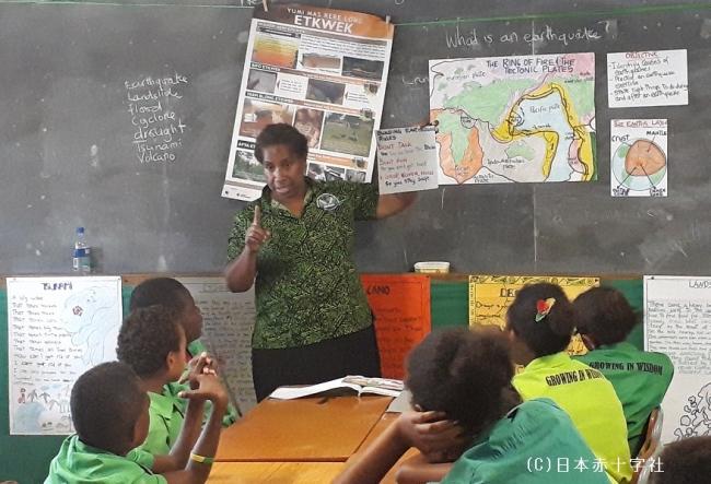 バヌアツの小学校では地震が起こるメカニズムが教えられる