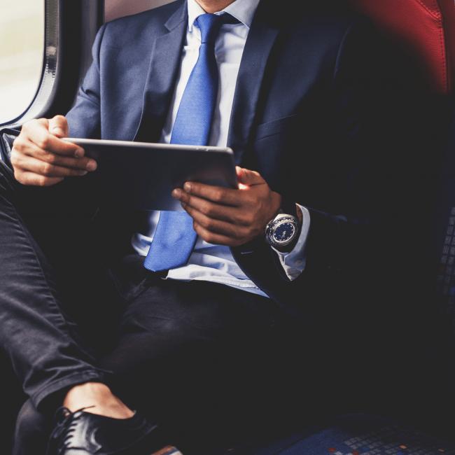 ファッション面においては、アクティブなスタイルだけでなく、スーツ(ジャケット)との相性も良いです。 スーツ+ダイバーズウォッチの組み合わせは、メンズファッションのスタンダードと言えます。