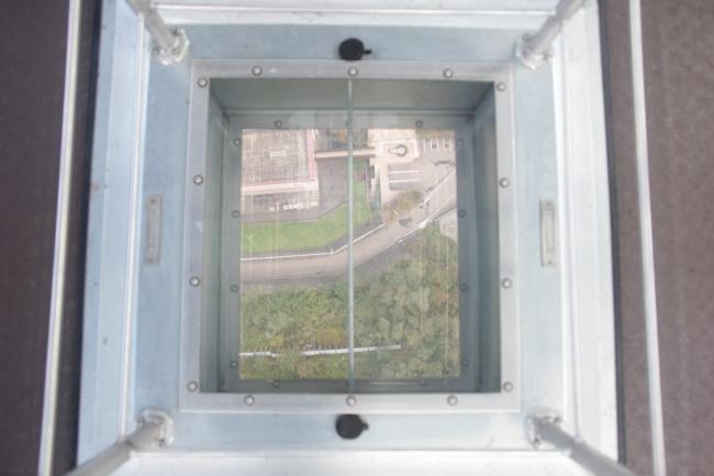 シースルー小窓ガラスで真下を覗く