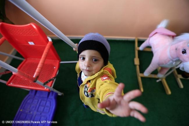 病院内の子どもケアセンターで遊ぶ1歳7カ月のイエメンの男の子。(2019年1月撮影) (C) UNICEF_UN0280859_Huwais AFP Services