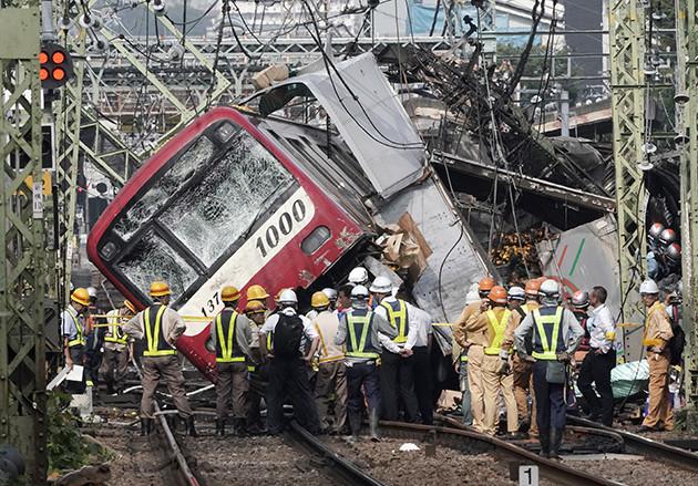事故を起こした新1000形は2002年デビュー。重量の重い先頭車両を採用していたため乗客の被害は抑えられたとの声も