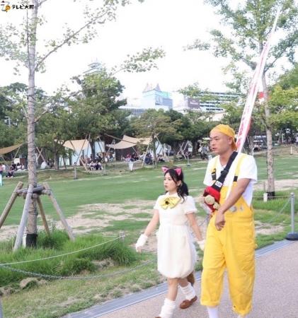 天王寺公園内でポケだちを探す2人