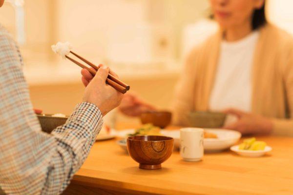 食事中の夫婦
