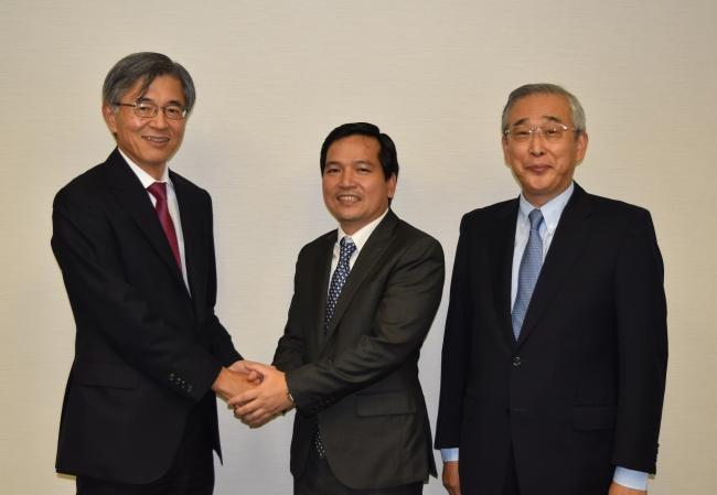 左から当社の佐伯社長、QHPのHUY社長、当社鉄鋼事業本部を統括する宮本副社長