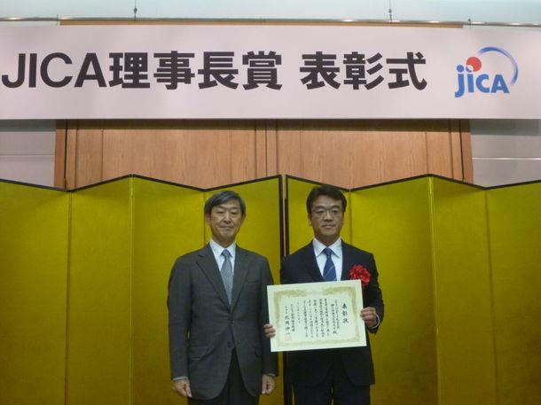 神戸情報大学院大学 福岡副学長(右) 1