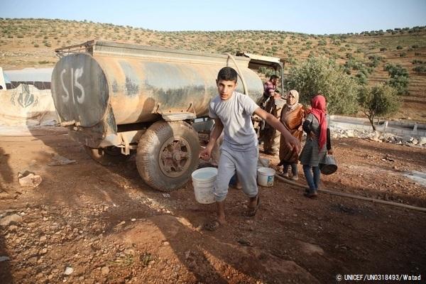 給水車からきれいな水を汲む子どもたち。(2019年6月撮影) (C) UNICEF_UN0318493_Watad