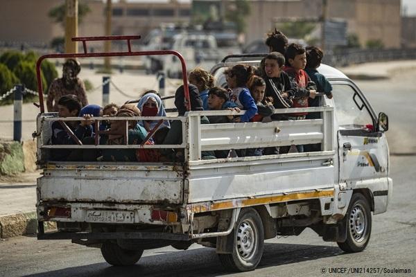 暴力から逃れトラックで移動する女性と子どもたち。(2019年10月11日撮影) (C) UNICEF_UNI214257_Souleiman
