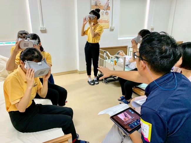 ▲実際にベトナムの教育施設にて行なった介護授業の様子