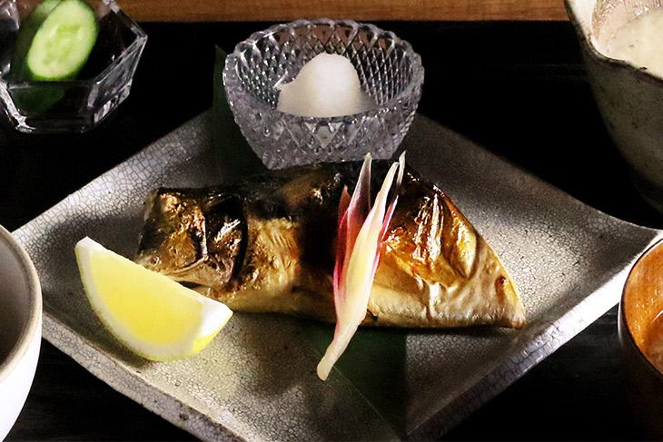 「鯖干しの炙り焼き」1530円、ハーフ1250円