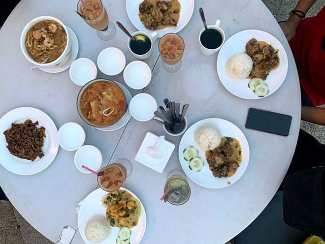 東南アジア料理が並ぶブルネイの食卓