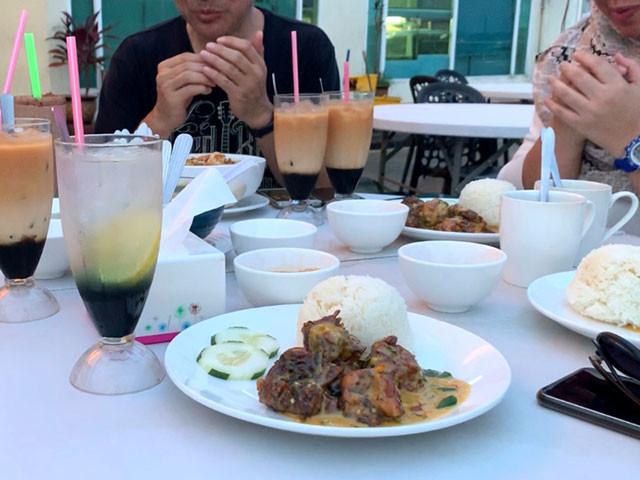 食べる前にお祈り。手前にあるのが「パンダンソルティーエッグチキン」