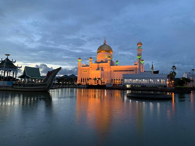 水辺ではモスクのライトアップが幻想的