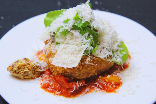 イベリコ豚のメンチカツ トマトソースとグラナパダーノチーズ