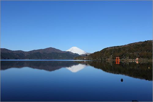 芦ノ湖越しに眺める美しい富士山